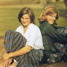 The Spencer girls. Lady Diana sits back-to-back with her elder sister Jane - someone she respected enormously and often turned to for advice. Diana is wearing her ballet shoes. Lady Diana Spencer, Spencer Family, Princess Diana Family, Royal Princess, Princess Charlotte, Princess Of Wales, British Nobility, Prinz William, Prinz Harry