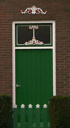 Groene deur met dubbele levensboom  Green door