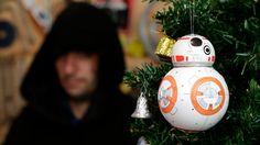 Aprenda como fazer uma bola de Natal inspirada no BB-8, o novo robô da saga Star Wars!
