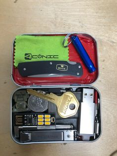 I want that old thing back I miss this carry and I lost this buck knife pictured too. So whats a better carry? Any advice ? Buck Knives, Edc Everyday Carry, Tiny Houses, Carry On, Survival, Shots, Old Things, Advice, Organization