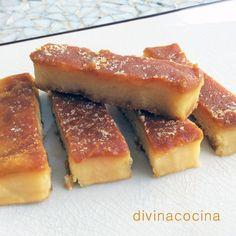 Turrón de yema tostada. 250 gr de almendra molida, 250 gr de azúcar, 150 ml de agua, 4 yemas (una más para pintar), media cucharadita de canela molida, ralladura de 1 limón