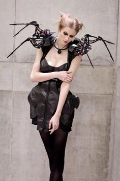 The Dutch designer Anouk Wipprecht in collaboration with the Austrian software developer Daniel Schatzmayr have managed to merge a man and a machine and created the Robotic Spider Dress... THIS IS AMAZING!!
