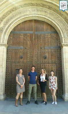 Alumnos en su tour por Valencia. Visitando los monumentos y edificios más destacados.