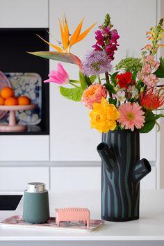 DESIGNVAZEN • Hoge vazen voor een paar losse bloesemtakken of juist lage en brede voor kortere lentebloeiers. Bloggers PRCHTG zetten hun favorieten designvazen op een rijtje   Color vase   vtwonen 2019   Fotografie en styling Fleur & Jessica van PRCHTG #vase #designvaas Boho Flowers, Elegant Flowers, Amazing Flowers, Silk Flowers, Beautiful Flowers, Flower Power, Bloom Where You Are Planted, Flower Vases, Planting Flowers