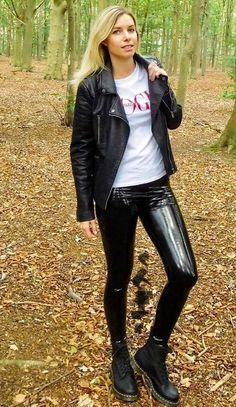 Frauen in Lack und Leder Pvc Leggings, Vinyl Leggings, Leggings Are Not Pants, Lederhosen Outfit, Leather Jeans, Leather Jackets, Black Leather, Latex Pants, Sexy Latex