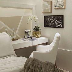 @bloghomeluxo Inspiração para quarto com bancada lateral #olioli #olioliteam #inspiration #interiordesign #bancada #badroom   Projeto by Sergio Caus