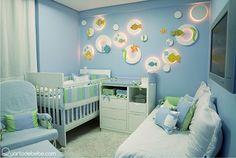 Quarto de bebê fundo do mar azul e branco com peixinhos e estrela do mar