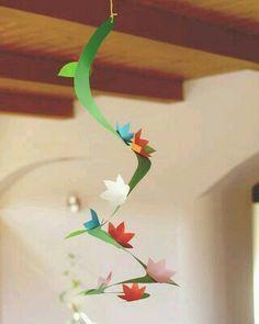 Bloemen spiraal. Wat staat dat toch vrolijk als er heel veel van die spiralen aan het plafond hangen.  Thema Groei&Bloei, Lente, Flora&Fauna www.peuteractiviteitenweb.com
