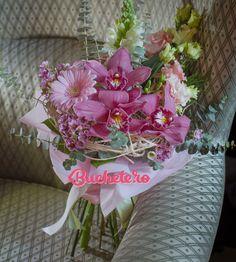 Pe noi buchetul din imagine ne-a surprins cu elenganță și grație. Vouă ce vă inspiră?   P.S. Week-end fain să aveție, fie că mergeți la munte, la mare sau rămâneți acasă.    #florarie #livrareflori http://bit.ly/2nCdgPL