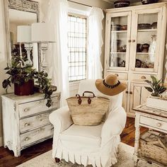 Excellent modern french country decor are offered on our internet site. look at this and you wont be sorry you did. French Country Farmhouse, Farmhouse Interior, Farmhouse Style Decorating, French Country Decorating, Farmhouse Decor, French Decor, Cottage Decorating, French Cottage, Farmhouse Design
