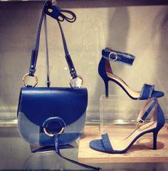 Sapatos jeans fazem um casamento perfeito com bolsas estampas e couro  e dão um toque de criatividade á produção !  Aposte na sua, você vai se apaixonar ❤️#arezzoparkeuropeu