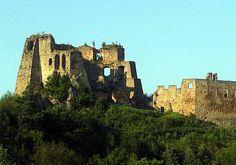 """Ruiny zamku Kamieniec w Odrzykoniu, leżące kilka kilometrów na północ od podkarpackiego Krosna są wielką atrakcją nie tylko ze względu na swoje malownicze położenie, ale i z powodu ciekawej historii, która skłoniła Aleksandra Fredrę do napisania swojej """"Zemsty""""."""