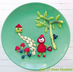 A whole lot of food art designs to make your kids smile, and hopefully eat their snacks. These incredible works of (food) art look too good to eat! Food Art Lunch, Amazing Food Art, Food Art For Kids, Creative Food Art, Food Club, Food Decoration, Foods With Gluten, Food Humor, Culinary Arts