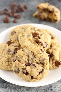 These Small Batch Oatmeal Chocolate Chip Cookies are easy to make, only require one bowl, and are ready in about 30 minutes! Today we're taking a break from my lemon, fruit, and no-bake dessert obse Chocolate Chip Cookies Rezept, Oatmeal Chocolate Chip Cookie Recipe, Oatmeal Cookie Recipes, Raisin Cookies, Easy Cookie Recipes, Dessert Recipes, Oatmeal Cookies, Chocolate Chips, Homeade Desserts