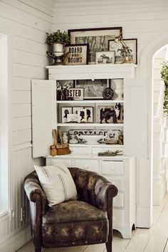 How To Display Collections: Monochromatic Styling How To Display Collections: Monochromatic Styling The post How To Display Collections: Monochromatic Styling appeared first on Wohnaccessoires. Farmhouse Style Furniture, Farmhouse Decor, Vintage Farmhouse, Farmhouse Table, Country Farmhouse, Style At Home, Antique Shelves, Diy Home Decor, Room Decor