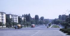 Cadru surprins in anul 1971 (autorul pozei necunoscut pina la momentul publicarii pe site) de pe platoul Academiei Militare spre actualul Bulevard Eroilor.   Sursa pozei aici