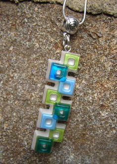 Pendentif graphique en résine colorée bleue, verte et nacrée par Louanneblue