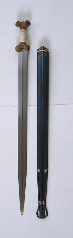 Replica by Patrick Barta Name: Celtic sword Epoch: century BC Discover (museum): Holubice, Czechia Length: 893 mm Weight: 840 g Swords And Daggers, Knives And Swords, Celtic Sword, Hand To Hand Combat, Medieval Weapons, Archaeological Finds, Iron Age, Bronze, Irish Fest