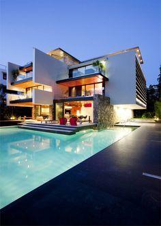 Casa moderna em balanço com piscina