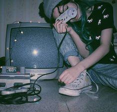 Pin tillagd av ҡօҡօ på \\a p p a r e l\\ grunge photography, aesthetic grun Soft Grunge, 90s Grunge, Grunge Style, Aesthetic Grunge, Aesthetic Vintage, Aesthetic Girl, Aesthetic Pastel, Estilo Grunge, Retro Videos