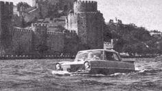 Yıl 1964 İstanbul Boğaz'ında yüzen bir otomobil