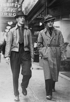 En los años 40, los hombres comenzaron a utilizar trajes sin chalecos y los bolsillos aparecían sin alas. Los pantalones empezaron a hacerse sin dobladillos y sin pliegues, y la chaqueta cruzada comenzó a desaparecer (había que ahorrar tela y...
