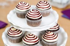Make the ideal wine-lover cupcakes: Red Wine Cupcakes with Cream Cheese Frosting! These red wine cupcakes feature red wine and devil's food cake mix. Cupcake Cream, Cupcakes With Cream Cheese Frosting, Frosting Recipes, Cupcake Recipes, Dessert Recipes, Kraft Recipes, Wine Recipes, Wine Cupcakes, Wine Flavors