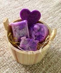 💢✅Quer aprender a fabricar sabonetes artesanais, terapêuticos e aromatizantes? Eu posso te ajudar! Aprenda mais de 25 receitas de sabonetes. Clique www.ocaradabarba.com/vip-sabonetes-artesanais e saiba mais Spa Basket, Diy Gift Baskets, Surprise Box, Homemade Soap Recipes, Soap Packaging, Home Made Soap, Gift Store, Handmade Soaps, Diy Flowers