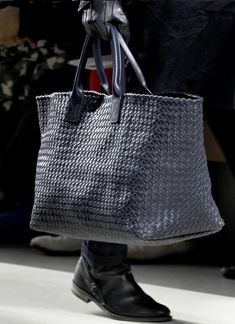 Fashion & Lifestyle: Bottega Veneta Men's Bags Fall 2011 I love, I love! Fashion Bags, Mens Fashion, London Fashion, Purses And Bags, Men's Bags, Bottega Veneta, Types Of Shoes, Bag Sale, Bag Accessories