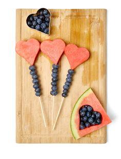 Herzensangelegenheit – Die neuen Prints| CECIL Magazin || Heidelbeeren waschen und aufspießen. Wassermelone schneiden und mit Herzform ausstechen und ebenfalls aufspießen. Spieße anrichten (z. B. auf einem Brett oder in einem Einmachglas).