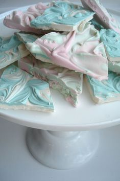 this chocolate bark is SO EASY and so pretty .all you need is white choc chips, peppermint extract, and any color food coloring.so cute for a baby shower (Chocolate Mint Bark) White Chocolate Bark, Chocolate Trifle, Craving Chocolate, Easter Chocolate, Just Desserts, Delicious Desserts, Yummy Food, Fun Food, Marshmallows