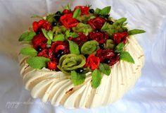 Przepisy Online: Tort bezowy Pavlova z kremem z bitej śmietany i sera mascarpone z owocami #pavlova #mascarpone