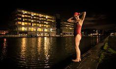 Öösel taustal valgustatud hooned naissoost ujuja valmistab sisestada vee kanal Pariisis.  Minu esimene öö-ujuda talvel oli seltskonnas hea sõber Laure Latham (väga hea külmas vees ujuja alates Serpentine Club Londonis), kes ütles mulle, et ta tahtis tulla ja järsk Paris.  See oli novembris 2015 vesi oli umbes 10C, ja meil oli suurepärane aeg.