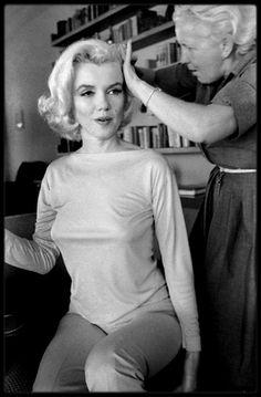 """29-30 Juin 1962 / Marilyn en pleine préparation (c'est Allan SNYDER qui la maquille, et Agnes FLANAGAN qui la coiffe, tout deux au service de Marilyn depuis plusieurs années) pour une session photos avec George BARRIS, qu'elle rencontra une première fois en 1954. Les photos ont été prisent chez un ami du photographe, dans la maison de Walter """"Tim"""" LEIMERT, située 1506 Blue Jay Way, North Hollywood Hills. Il ne restera à Marilyn que 2 mois à vivre, George BARRIS étant un des dernier à avoir…"""