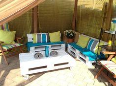 weiß lackierte Holzpaletten auf der Terrasse