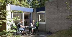 Vlaamse Gaai (2A)  Indeling: woonkamer met flatscreen tv en dvd-speler open keuken met magnetron koelkast met vriesvak en senseo. Badkamer met ligbad of douche wastafel en toilet. Eén slaapkamer met twee eenpersoonsbedden. Terras met verstelbaar tuinmeubilair en kussens. Met voorkeur te boeken: - Aan de bosrand - Accommodatienummer - Huisdiervrij of huisdier toegestaan Vakantiepark de Berkenhorst is een autovrij park. U dient uw auto te parkeren op de centrale parkeerplaats. Op het gehele…