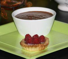 tartelette framboise crème de chocolat blanc , mousse au chocolat avec petits morceaux de chocolat dedans.