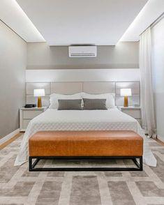 Suite do casal com cabeceira acolchoada. Master Bedroom Interior, Bedroom Bed Design, Bedroom Ceiling, Home Bedroom, Bedroom Decor, Ceiling Design, Loft, Living Room, Decoration