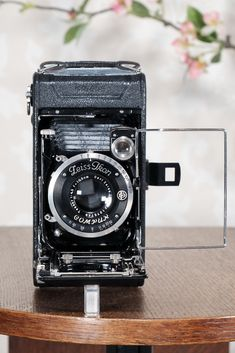 Fantastic Dslr Camera For Beginners Photography Basics Antique Cameras, Old Cameras, Vintage Cameras, Dslr Photography Tips, Photography For Beginners, Perfect Camera, Best Camera, Canon Camera Models, Canon Cameras
