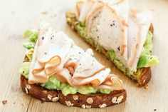 Turkey and Avocado Toast - this toast recipe is made with wholesome ingredients like whole grain bread, creamy avocado, and delicious slow roasted turkey breast. Ready in just minutes, this toast is a smart option that fits into a healthy lifestyle. Healthy Desayunos, Plats Healthy, Healthy Meal Prep, Healthy Snacks, Healthy Recipes, Avocado Recipes, Delicious Recipes, Avocado Dessert, Breakfast Recipes