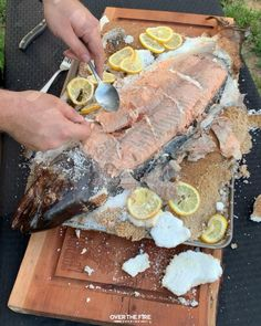 Summer Grilling Recipes, Barbecue Recipes, Baked Salmon Recipes, Fish Recipes, Fire Cooking, Cooking Games, Cuisines Diy, Campfire Food, Seafood Dinner
