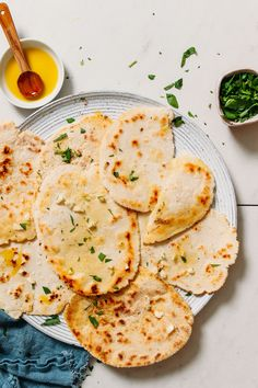 FLUFFY Vegan Gluten-Free Naan! 20 minutes, 1 bowl, PILLOWY, stretchy, garlicky, SO delicious! #naan #glutenfree #plantbased #recipe #minimalistbaker Gluten Free Naan, Vegan Gluten Free, Gluten Free Recipes, Vegan Recipes, Dairy Free, Vegan Food, Bread Recipes, Healthy Food, Paleo