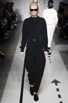 See the complete Sportmax Fall 2017 Ready-to-Wear collection.