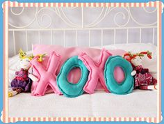 Valentine's XOXO Pillow Tutorial - fun for kids! Valentines Day Food, Valentine Day Crafts, Holiday Crafts, Holiday Fun, Sewing Projects For Kids, Sewing Crafts, Sewing Ideas, Sewing Hacks, Diy Projects