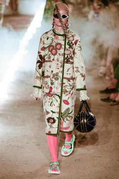 Gucci Resort 2019 Fashion Show Collection: See the complete Gucci Resort 2019 collection. Look 95 Gucci Fashion, Fashion 2018, Fashion Week, Runway Fashion, Fashion Prints, Fashion Art, Boho Fashion, Fashion Design, Womens Fashion