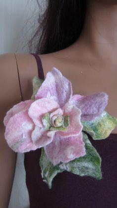 Ansteckbroschen - Brosche Blumenbrosche Filzbrosche Filzblume Rose  - ein Designerstück von Christine-Zauberland bei DaWanda
