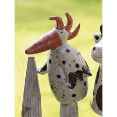 Der Pfostenhocker Huhn wird für Keimzeit exklusiv von unserer Künstlerin mit viel Liebe zum Detail von Hand getöpfert.