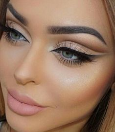 Pageant and Prom Makeup Inspiration. Find more beautiful makeup looks with Pageant Planet. makeup A Queen's Guide to Pageant Makeup Blue Eyeliner, Smokey Eye Makeup, Eyeshadow Makeup, Makeup Brushes, Face Makeup, Gel Eyeliner, Glitter Eyeshadow, Makeup Remover, Eyeshadow Palette