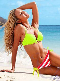 Bikini voor een V-type. Bovenaan één kleur en onderaan rechte lijntjes die je heupen optisch verbreden.