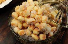 Bata as claras em neve. Adicione as gemas, o açúcar e bata. Junte o queijo, o fermento e a margarina. Junte uma boa quantidade de farinha e comesse a amassar com as